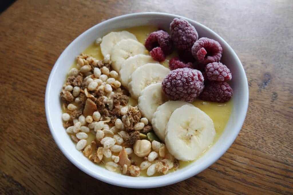 Romige ontbijt smoothie met banaan