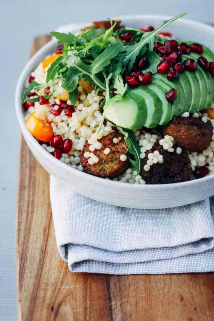 vegetarische salade met couscous en falafel