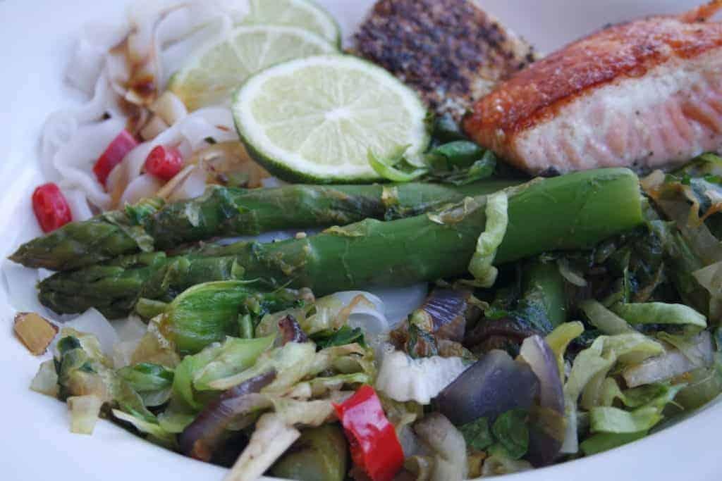 Rijstnoedels met andijvie, groene asperges en zalm