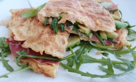 Hartige ei-tosti met avocado en Serranoham