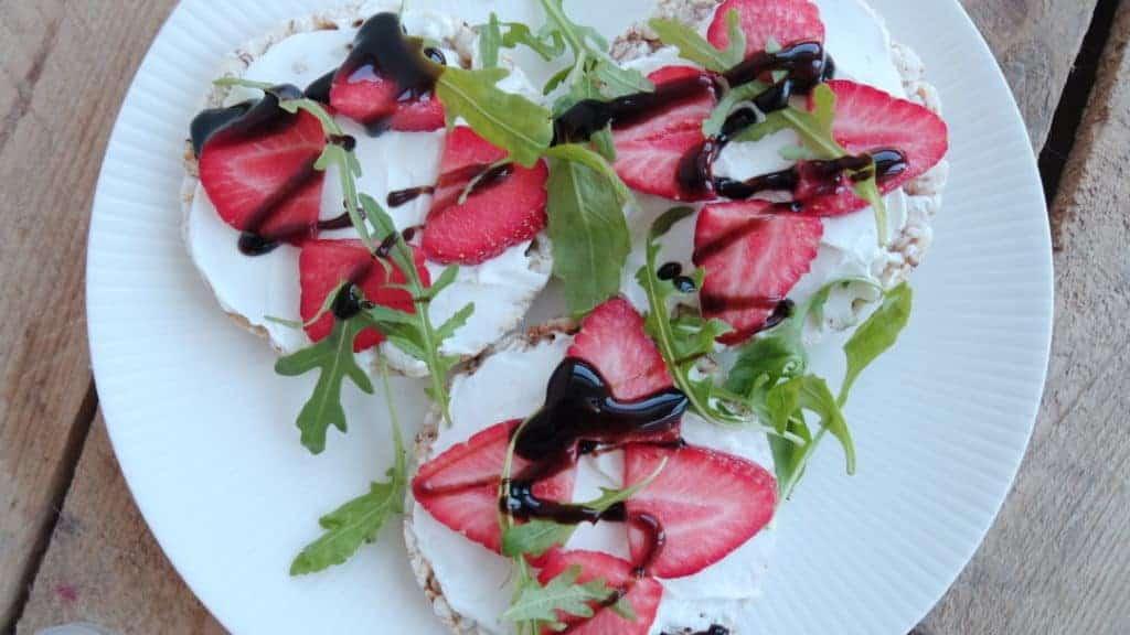 Rijstwafels met aardbeien en geitenkaas