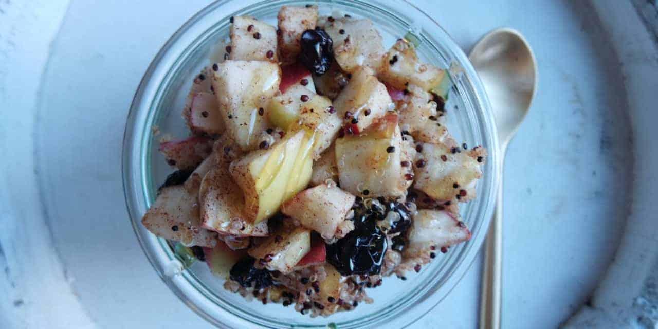 Quinoa porridge met appel als voedzaam ontbijt