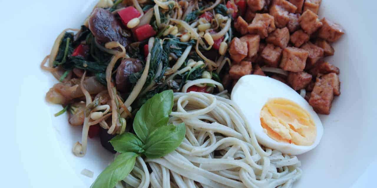 Noedels met tofu en gegrilde groenten