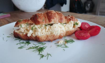 Croissant gevuld met scrambled egg