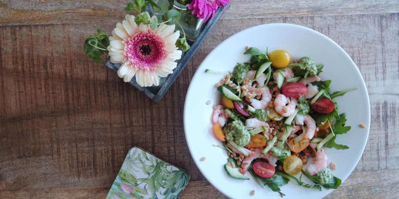 Salade met garnalen, spelt en pesto