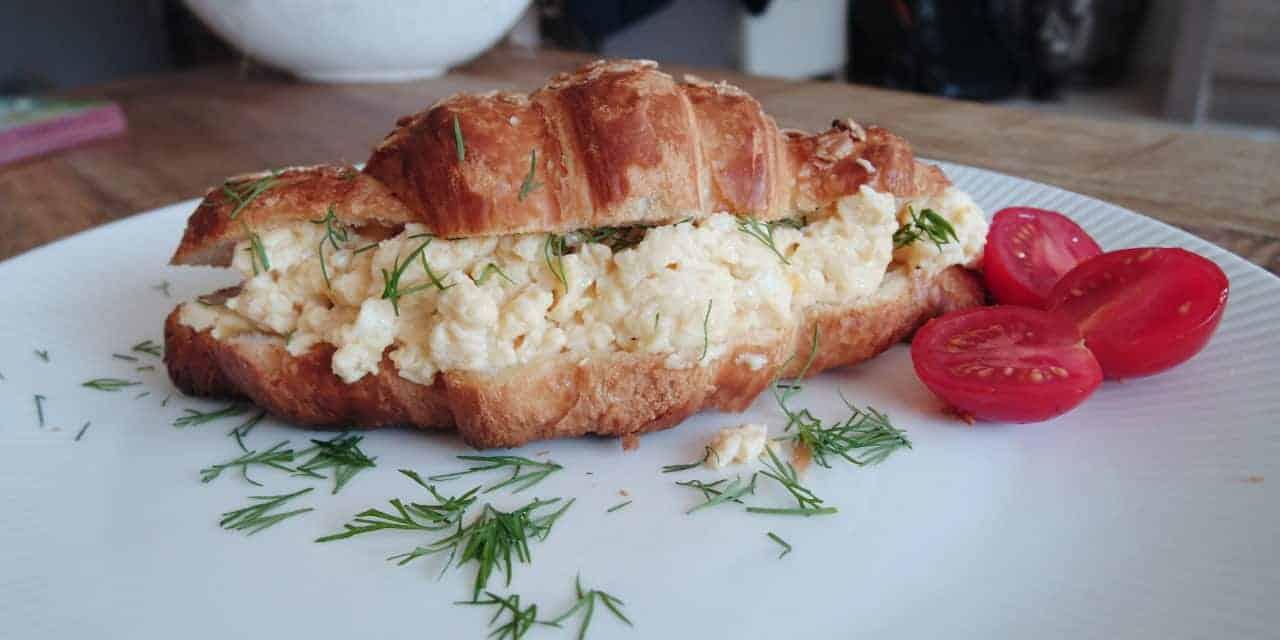 Gevulde croissant met scrambled eggs