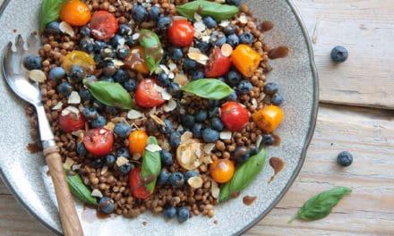 Voedzame salade met linzen en blauwe bessen
