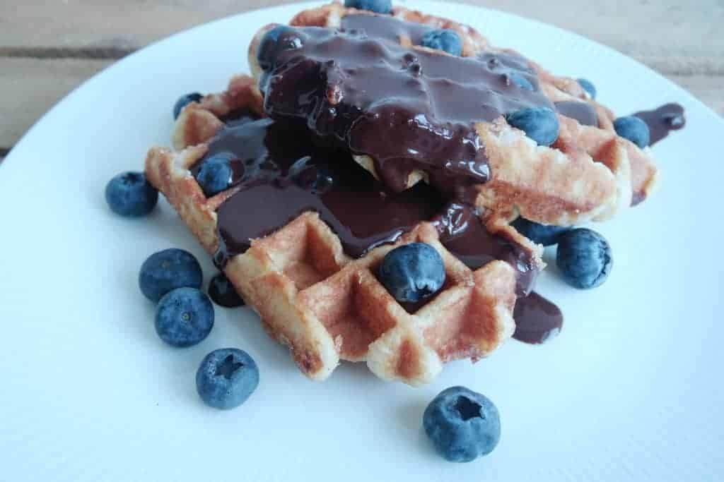 wafels met chocoladesaus