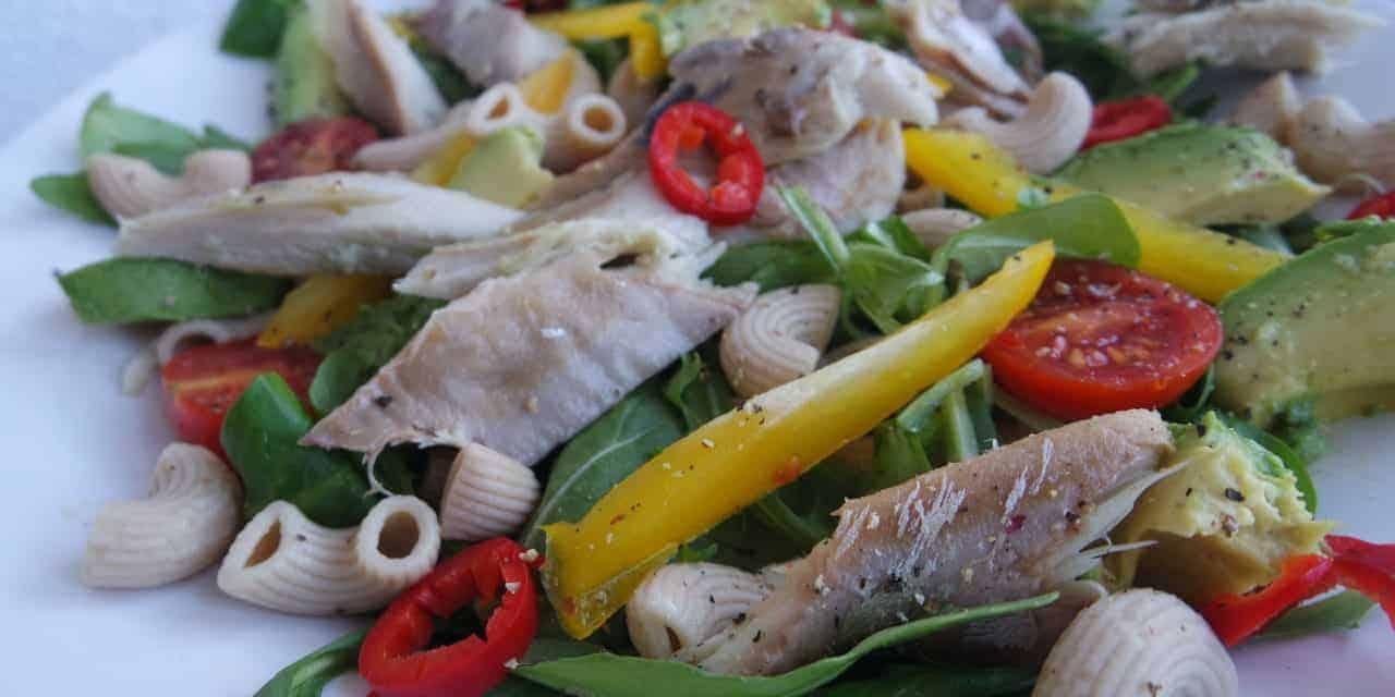 Salade met makreel, avocado en rode peper