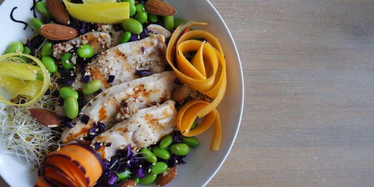Kleurrijke salade met gegrilde kalkoen
