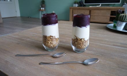 Eiwitrijke smoothie met granola