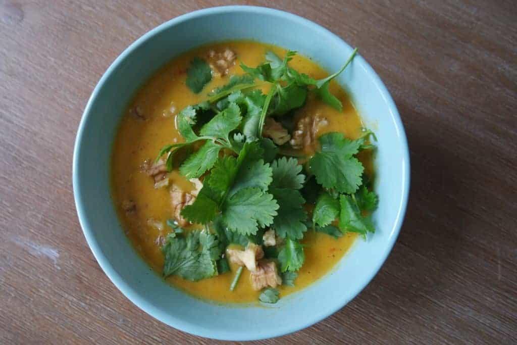 Zoete aardappelsoep met gele paprika en gember