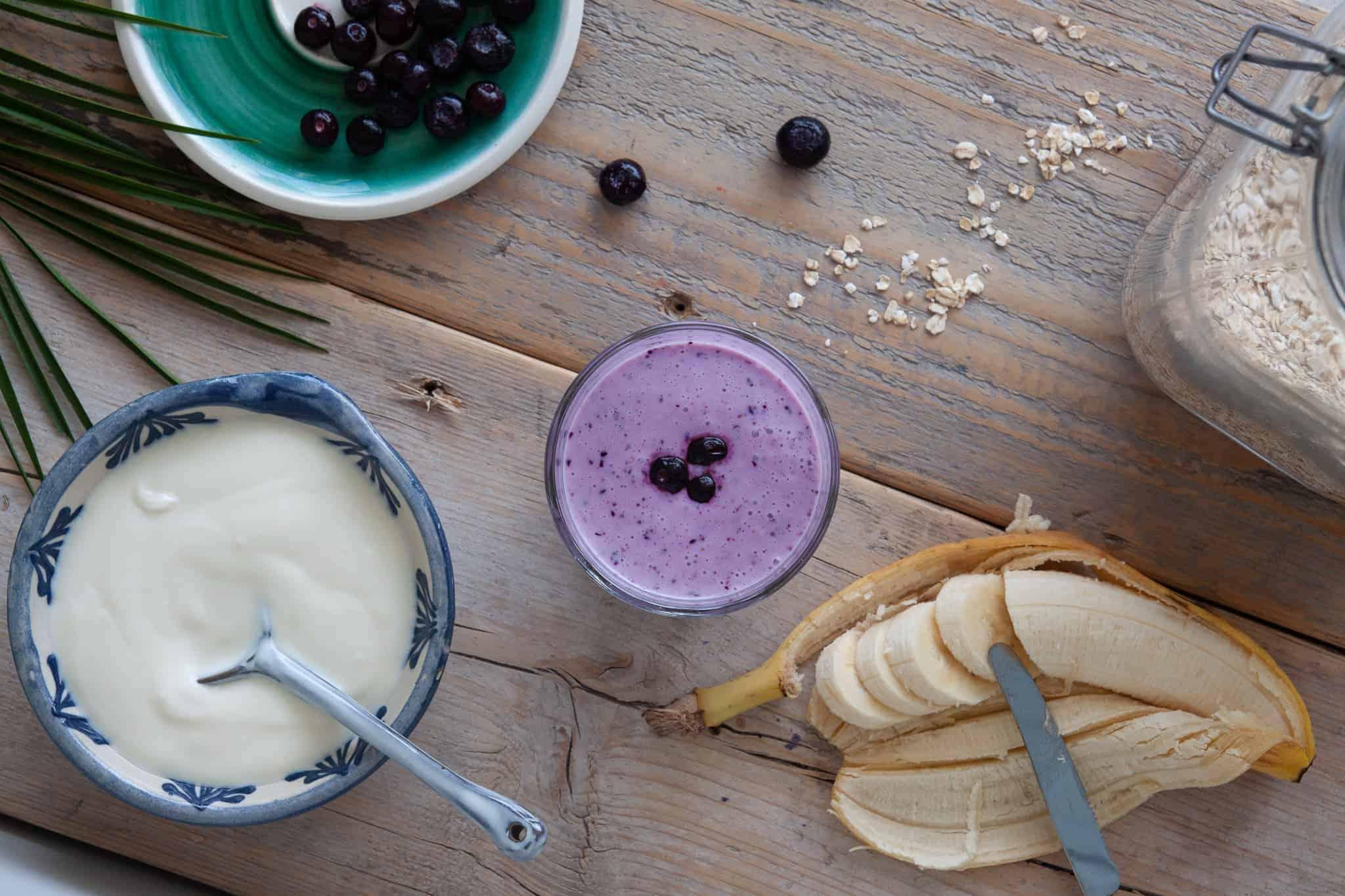 Deze bosbessen smoothie met kokosyoghurt zit boordevol voedingsstoffen die ons voldoende energie voor de hele dag geven en nog veel meer.