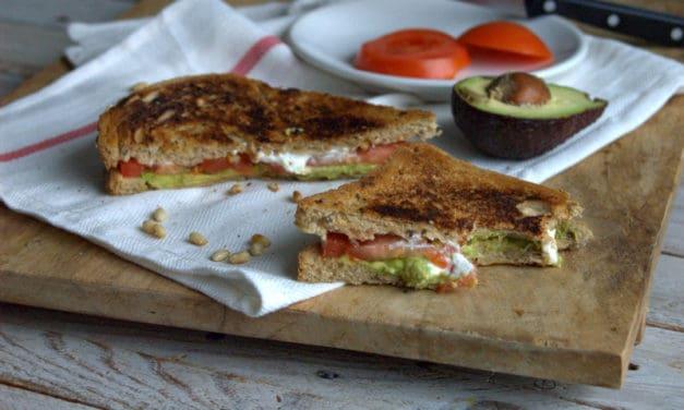 Tosti geitenkaas met avocado en tomaat