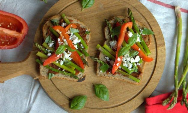 Voedzame toast met geroosterde groenten