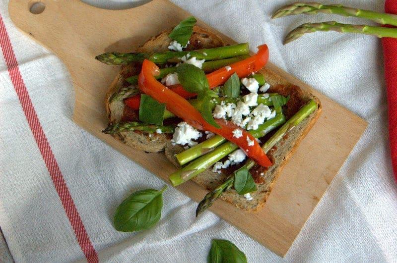 toast, geroosterde groenten, toast met geroosterde groenten