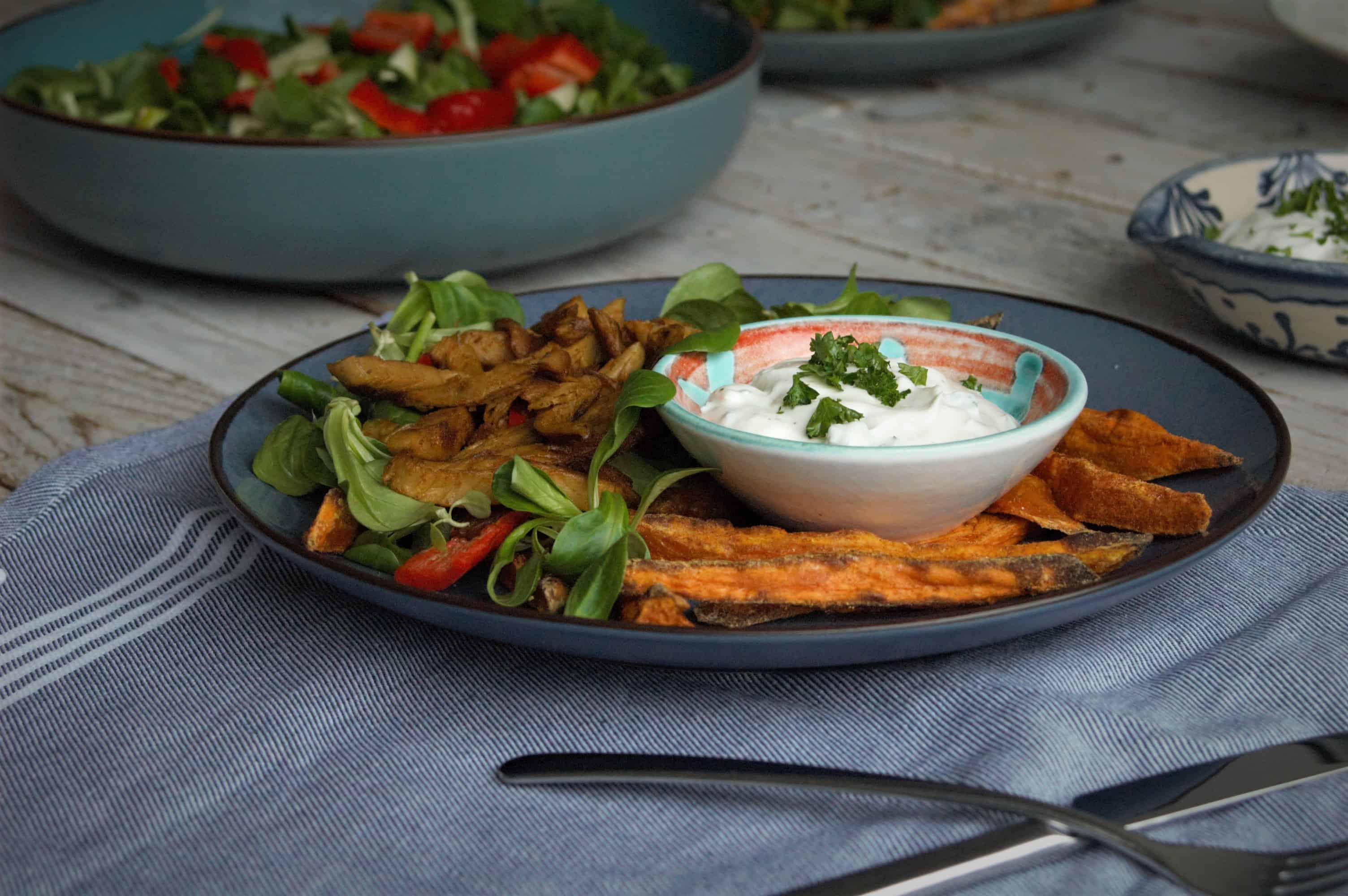 vegetarische kapsalon met knoflooksaus en frietjes