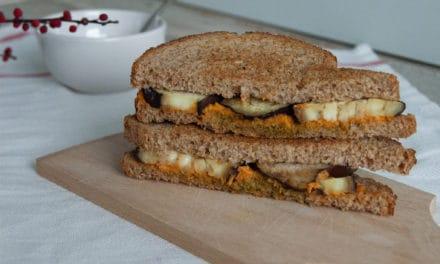 Volkoren tosti met aubergine en hummus