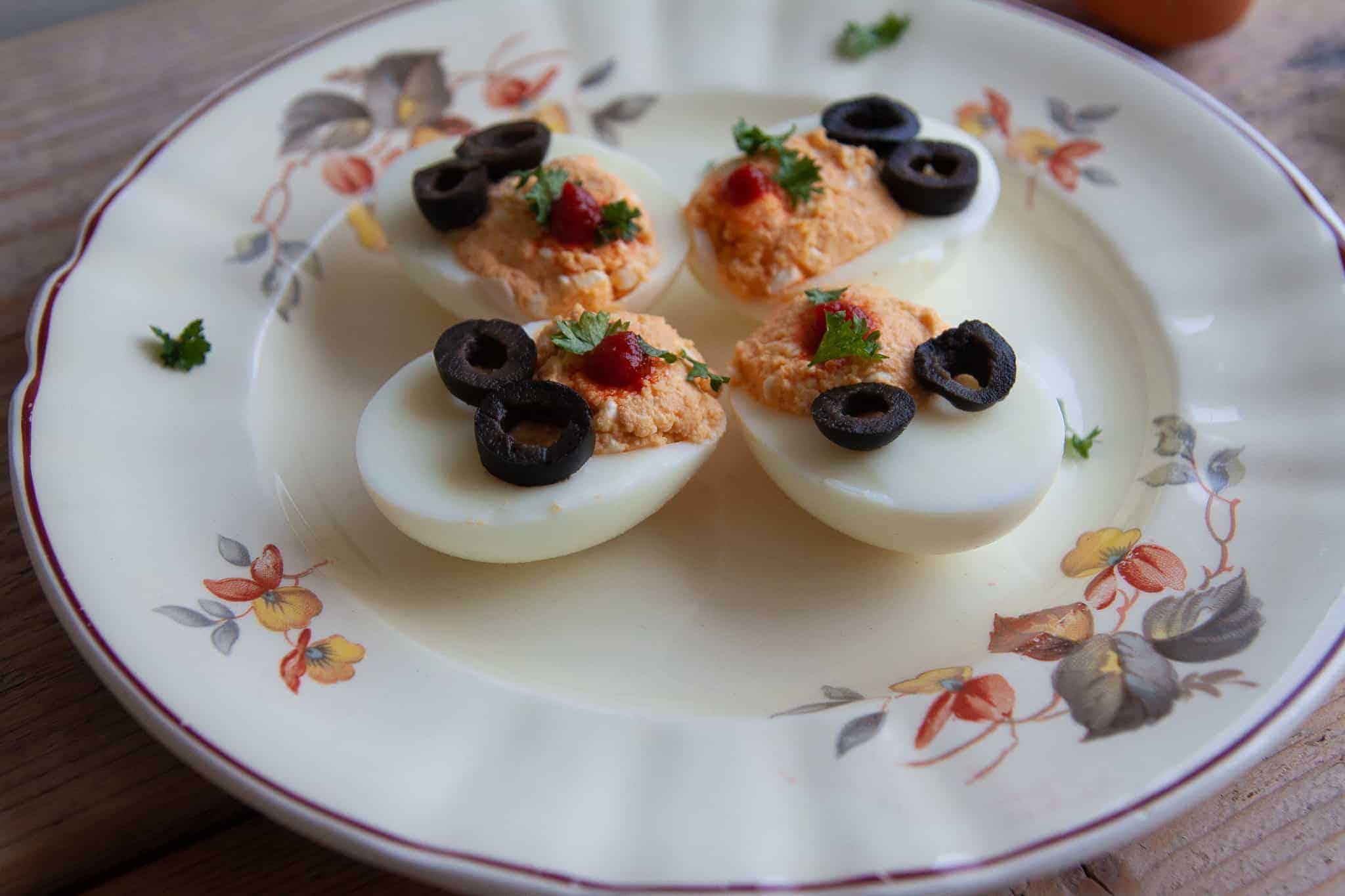 Gevulde eitjes ouderwets om te serveren bij de borrel? Niks hoor, eieren zijn gezond en voedzaam en met deze sriracha saus een feestje bij je borrel.