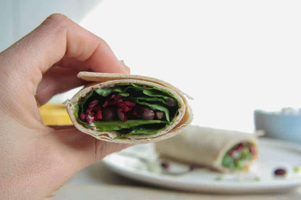 volkoren wraps, met hummus, bietjes en andere groenten