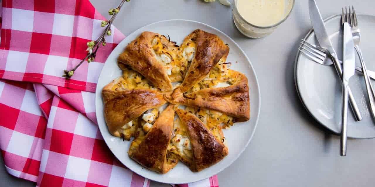 Hartige croissantkrans met geitenkaas