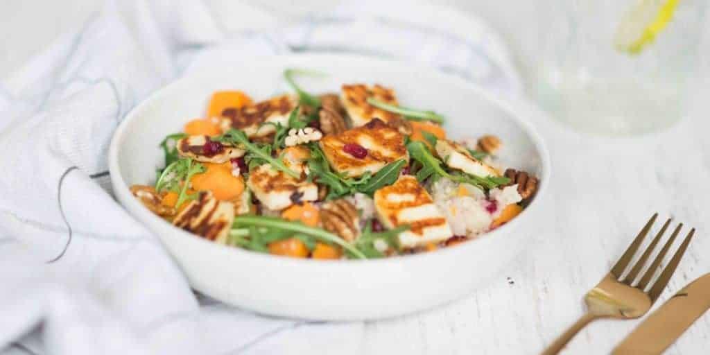 Salade van couscous met zoete aardappel en halloumi