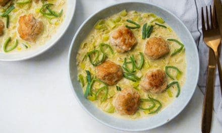 Groene curry met kipgehaktballen en prei