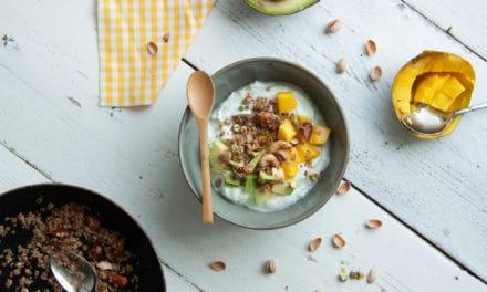 Kwark met eigengemaakte granola en mango