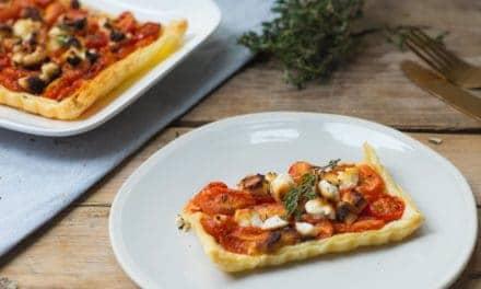 Plaattaart met geitenkaas en tomaten