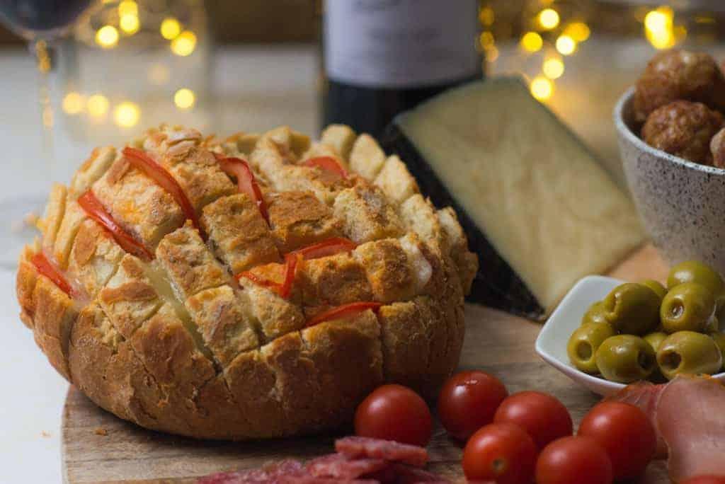 Spaanse borrelplank, wijn, breekbrood