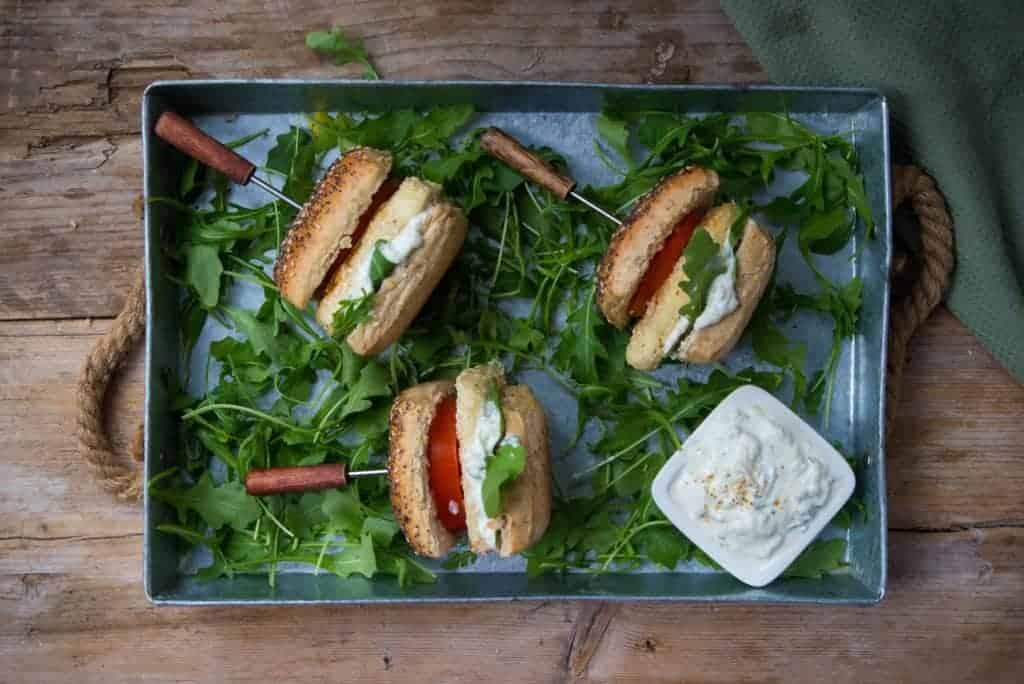 halloumi burger, Cypriotische kaas, vegetarisch, tzatziki
