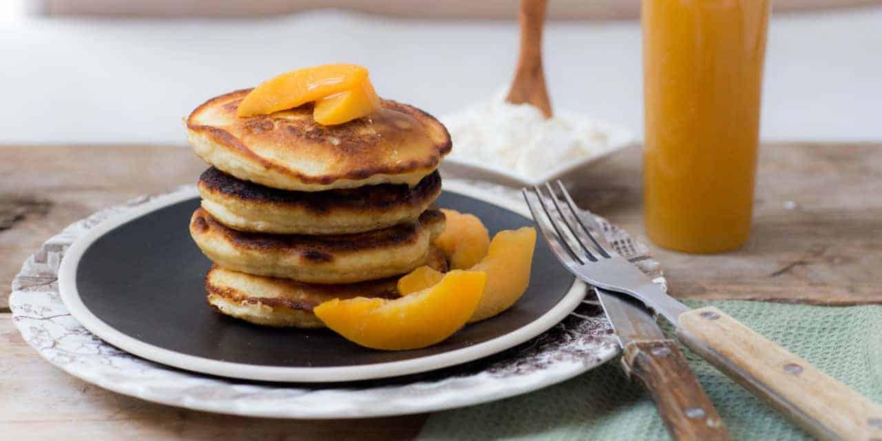 Tropische ricotta pancakes met perzik