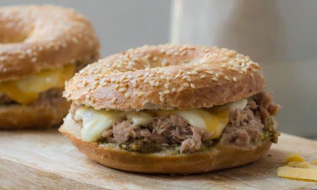 Warme bagel met tonijn en mozzarella