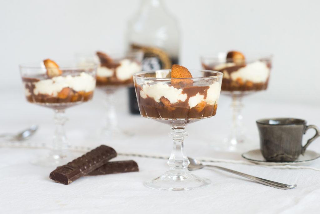 trifle glaasjes met koffie en bitterkoekjes
