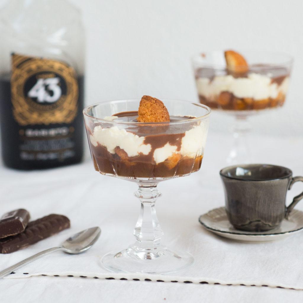 trifle glaasjes met koffie en bitterkoekjes, kerst