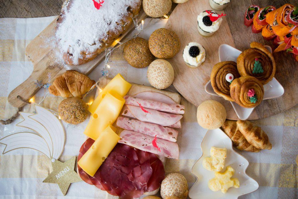kerstontbijt plank, kerst, ontbijt, cinnamon Rolls, boter, wraps