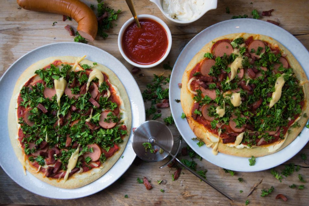 Boerenkool pizza, rookworst en spekjes, rookworst, spekjes