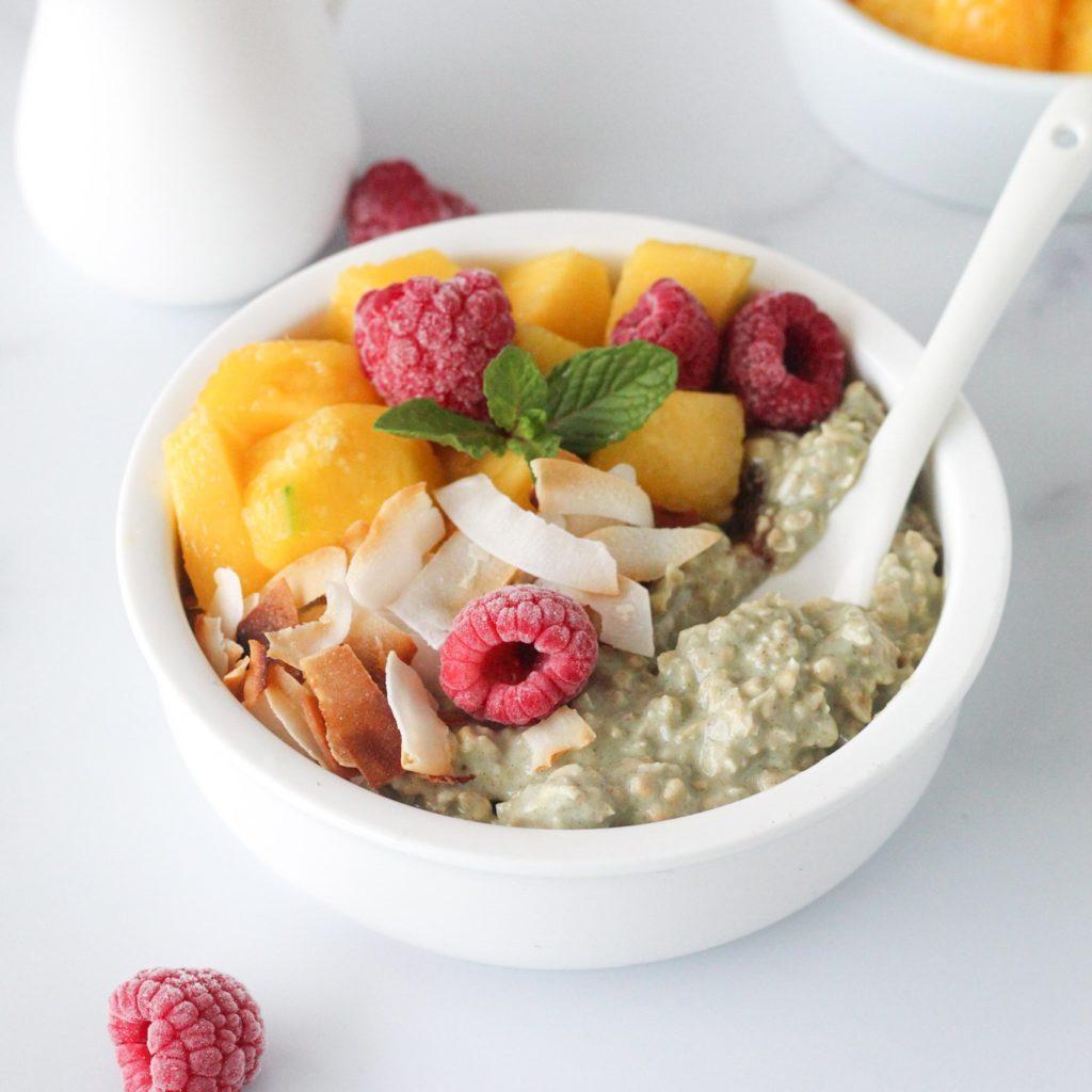 Overnight oats met green juice en frambozen